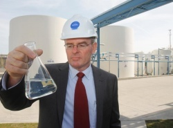 Hydrodec CEO Mark McNamara holding Superfine oil at the companys plant in Ohio